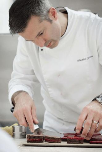 Sébastien Serveau, מהיוצרים המחוננים של הקונדיטוריה בצרפת, איש הכשרה יוצא דופן בתחום השוקולד, ידוע כמאמן שמוביל מתחרים למדליית זהב בתחרות MOF היוקרתית