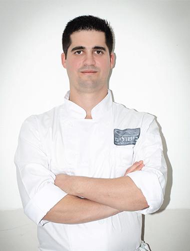 שף יובל מטלון מרצה במגמת בישול בבית ספר בישולים
