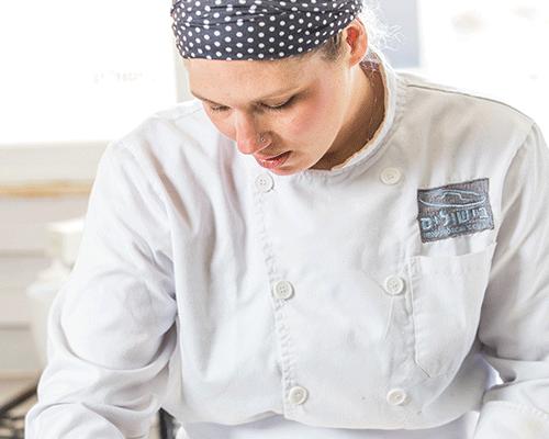 איילת זהבי, שפית וקונדיטורית בעלת מטבח מקומי בקיבוץ עינת, בוגרת מחזור ינואר 2015