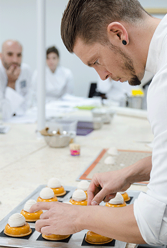 השף ג'והאן מרטין הציג בבישולים קו עוגות בוטיק מודרניות המאופיין ביצירות אומנות גאוניות, בדגש על סגנון נועז, פרזנטציות עוצרות נשימה וגימורים מדויקים.