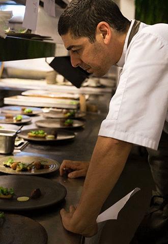 יוסי שטרית, שף מחונן ומי שהפך בשנה האחרונה לשם הכי חם בעולם המסעדנות המקומי.