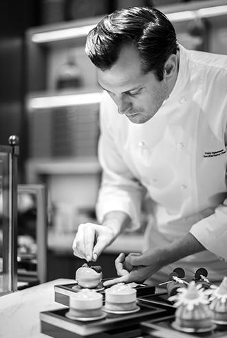 פרנק האסנוט, אלוף העולם בפטיסרי ושוקולד הגיע לראשונה לישראל לסדרת הדגמות בבית ספר בישולים.
